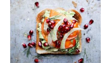 Luxe gezonde tosti met gedroogd kaki fruit